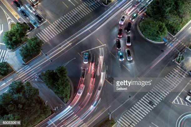 crossroad in the city - travessia de pedestres marca de rua - fotografias e filmes do acervo
