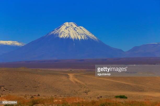 Cruce de caminos: caminos de tierra a volcán de Licancabur Nevado, desierto de Atacama – Chile