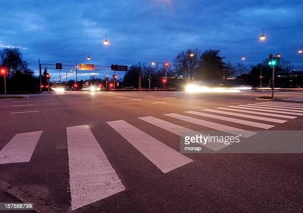 Paso peatonal en la noche