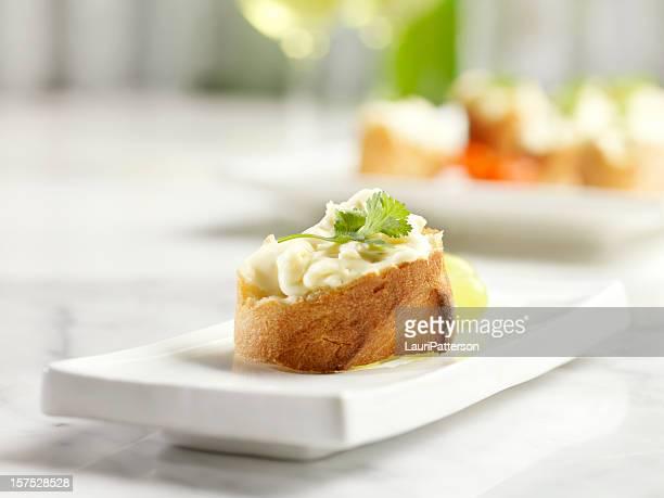 Crostini garniert mit Brie Käse