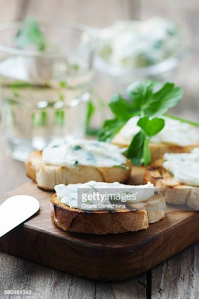 Crostini with parsley and cottage cheese