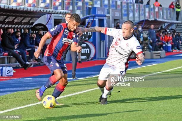 Crotone's brazilian forward Junior Messias fights for the ball against Cagliari's belgian midfielder Radja Nainggolan during the Italian Serie A...