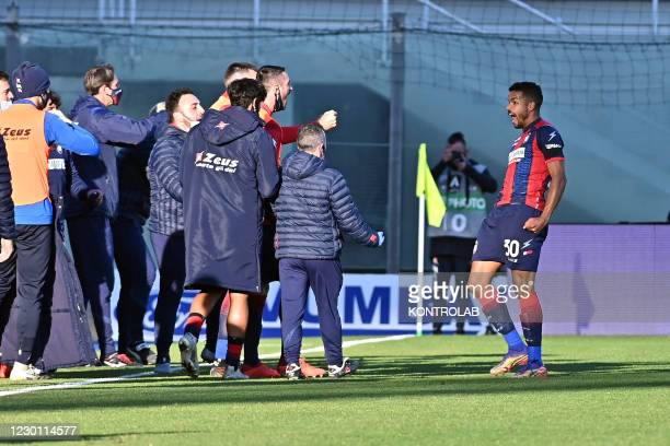 Crotone's Brazilian midfielder Junior Messias celebrates after scoring a goal during the Italian Serie A football match FC Crotone vs AC Spezia....