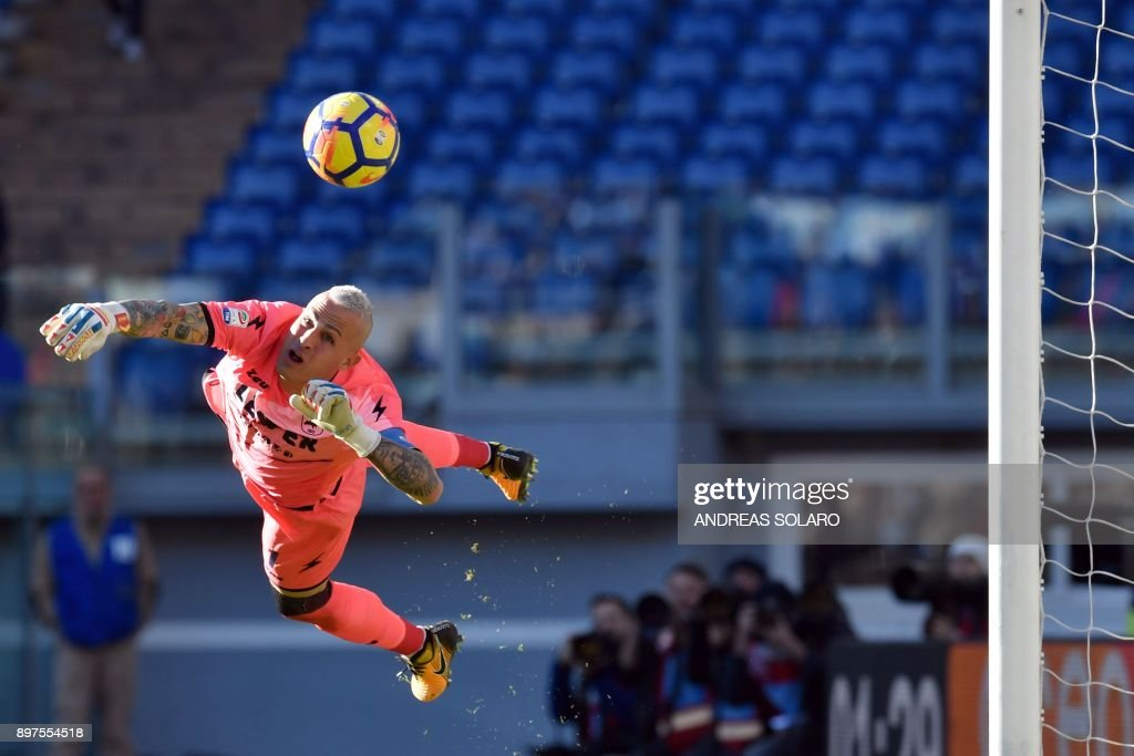 Crotone's Italian goalkeeper Alex Cordaz eyes the ball during the Italian Serie A football match between Lazio and Crotone at The 'Olympic' Comunal Stadium in Rome, on December 23, 2017. / AFP PHOTO / Andreas SOLARO