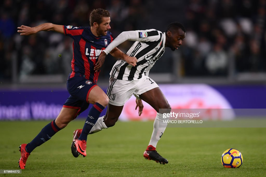 Crotone's midfielder Marcus Christer Rohden of Sweden (L) fights for the ball with Juventus' midfielder Blaise Matuidi (R) from France during the Italian Serie A football match Juventus Vs Crotone on November 26, 2017 at the 'Allianz Stadium' in Turin. /