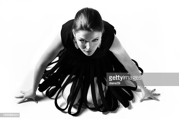 クラウチング女性は、アバンギャルドなドレス