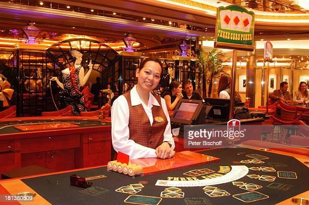 Croupiere im Casino am Black JackTisch 'Freedom of the Seas' Hamburg Deutschland Europa