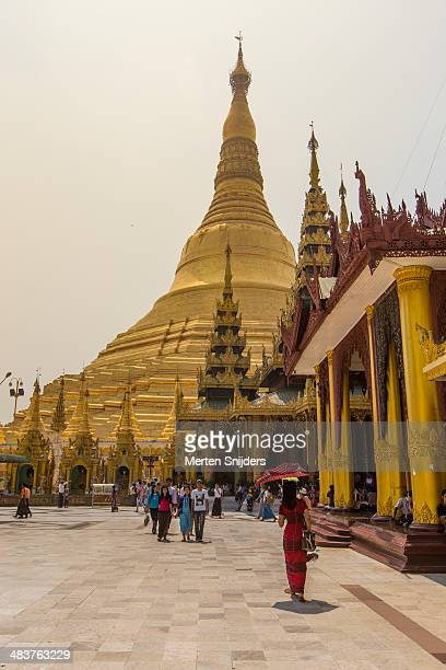 crowd around shwedagon pagoda - merten snijders stockfoto's en -beelden