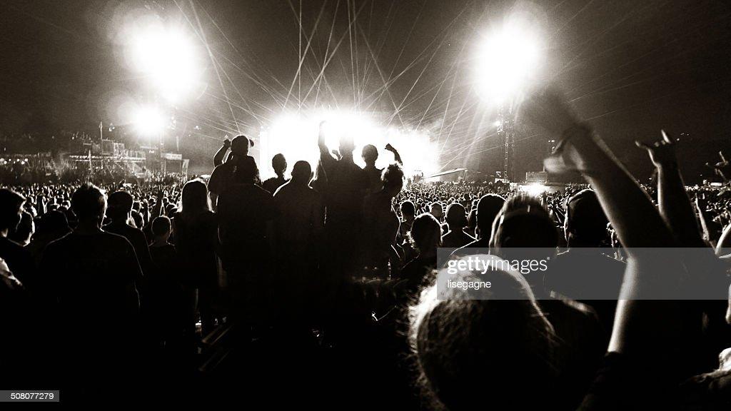 Multitud en un concierto de música) : Foto de stock