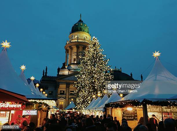 crowd at illuminated gendarmenmarkt during christmas - gendarmenmarkt - fotografias e filmes do acervo