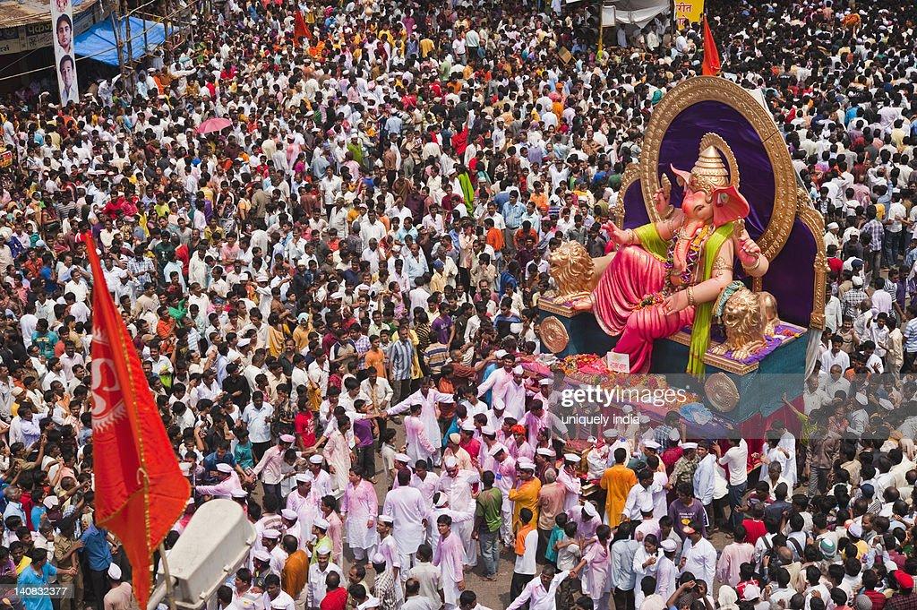 Crowd at religious procession during Ganpati visarjan ceremony, Mumbai, Maharashtra, India : ストックフォト