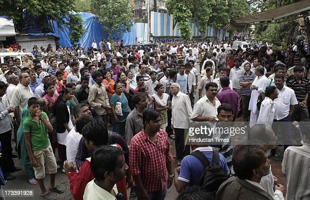 Crowd at the funeral of Late Bollywood Veteran Actor Pran at Shivaji Park Crematorium Dadar on July 13 2013 in Mumbai India Veteran Bollywood actor...