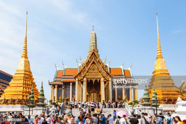 crowd at the temple of the emerald buddha, bangkok - grand palace bangkok stock pictures, royalty-free photos & images
