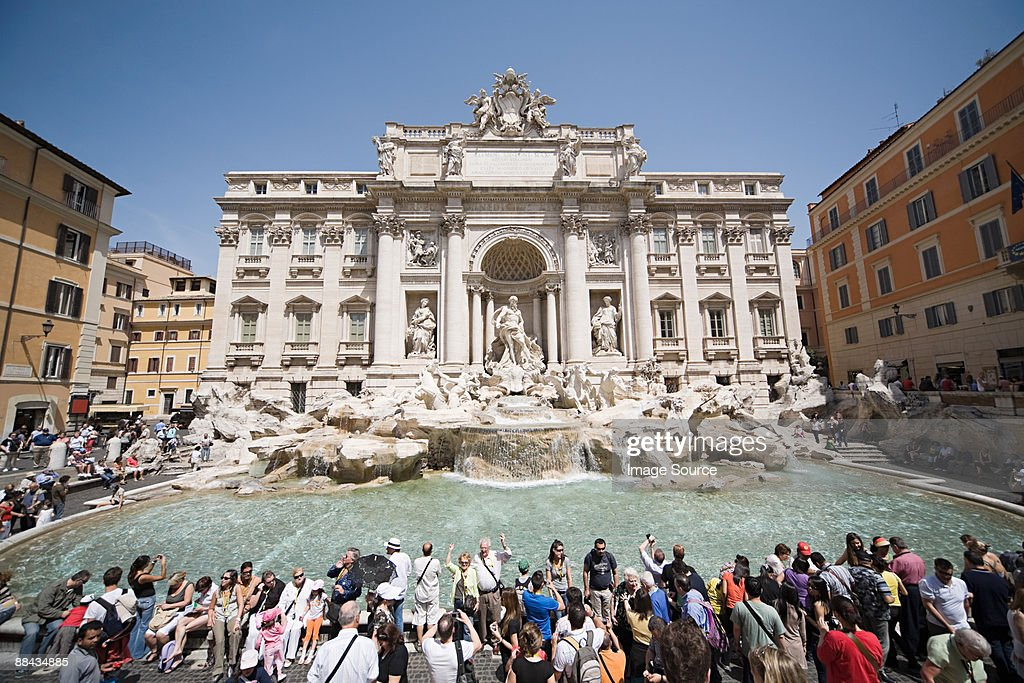 A crowd at trevi fountain : Stockfoto
