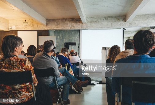 Auditoire de foule à la recherche à l'écran vide