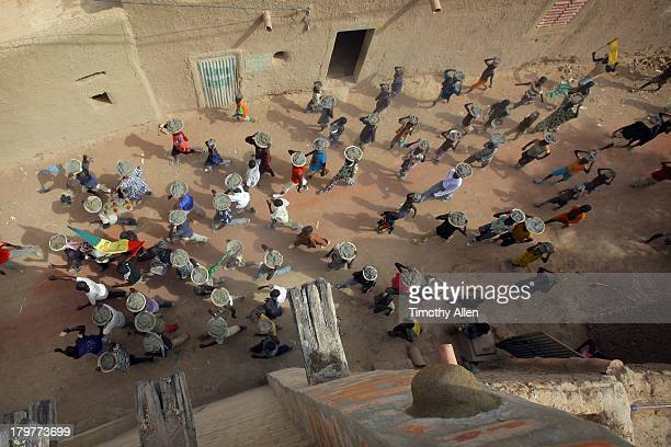 Crowd carries mud to Great Mosque, Djenne, Mali