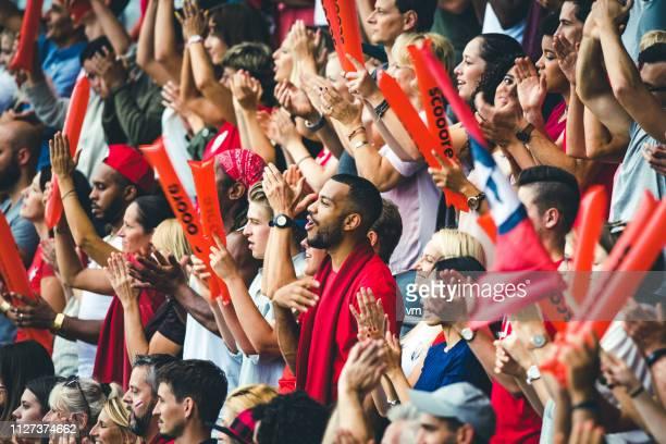 自分のチームの応援と拍手の観客 - team sport ストックフォトと画像