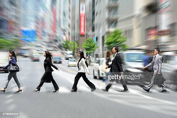 Foule crossing street à Tokyo