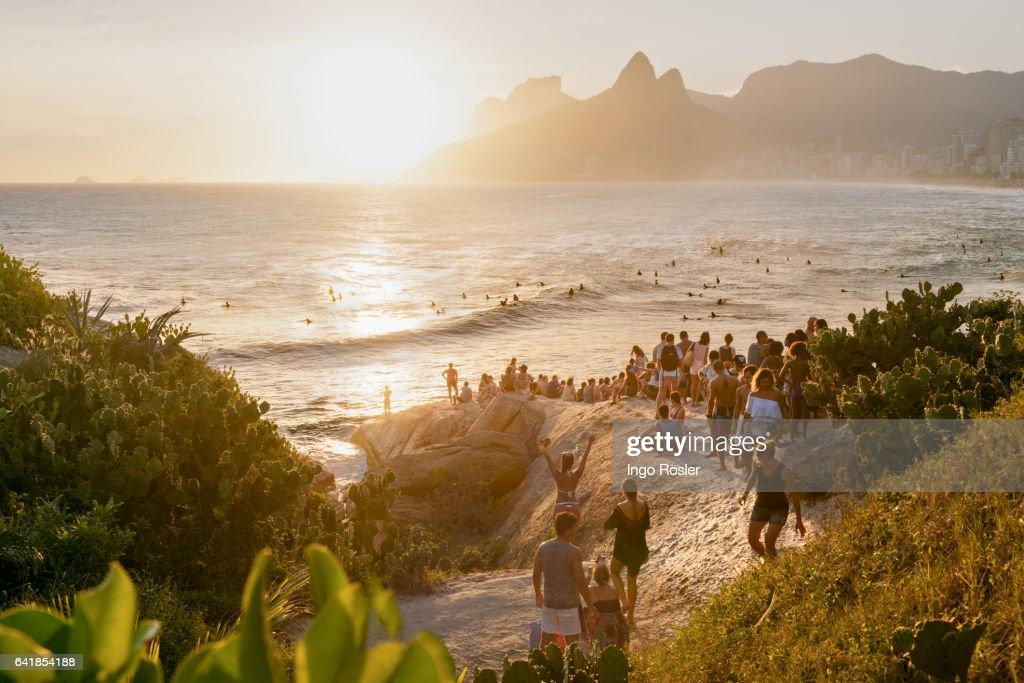 Crowd enjoying sunset : Stock-Foto
