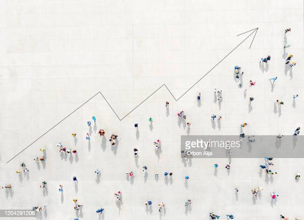 crowd from above forming a growth graph - veduta dall'alto foto e immagini stock