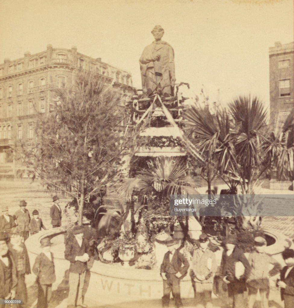 Lincoln Monument, Union Square, Decoration Day, 1876 : News Photo