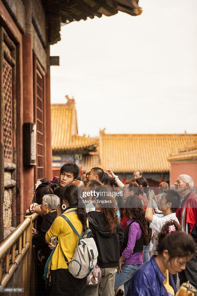 Crowd gathering to see tourist sight : Stockfoto