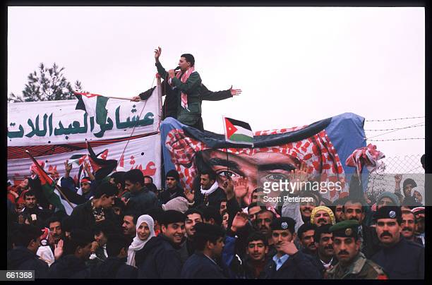 Crowd gathers to catch a glimpse of King Hussein January 19 1999 in Amman Jordan King Hussein returns after spending six months at the Mayo clinic in...