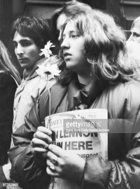 Crowd gathesr outside the Dakota apartment building to mourn the death of John Lennon