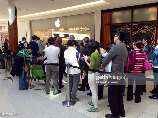 Crowd in front of the Apple Store at the Natick Mall awaiting the release of theI phone 6 on 9/19/14