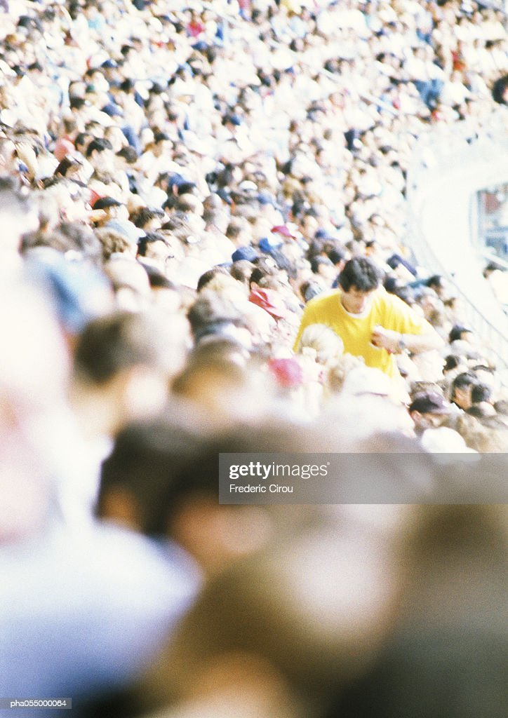 Crowd in stadium, high angle view, blurred : Stockfoto