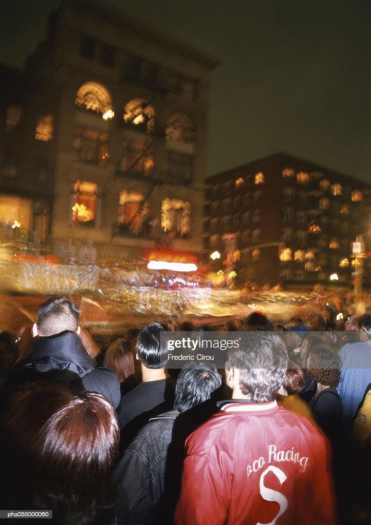 Crowd in street at night, blurred motion : Stockfoto