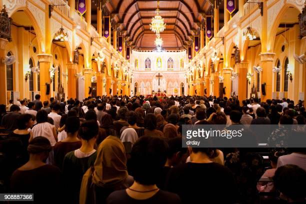 menigte in de kerk - christendom stockfoto's en -beelden