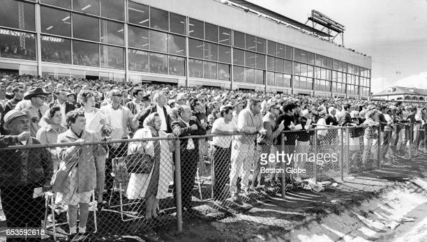 A crowd of about 25000 watch the New Hampshire Sweepstakes horse race at Rockingham Park in Salem NH to see Dr Fager win by a half length for the...