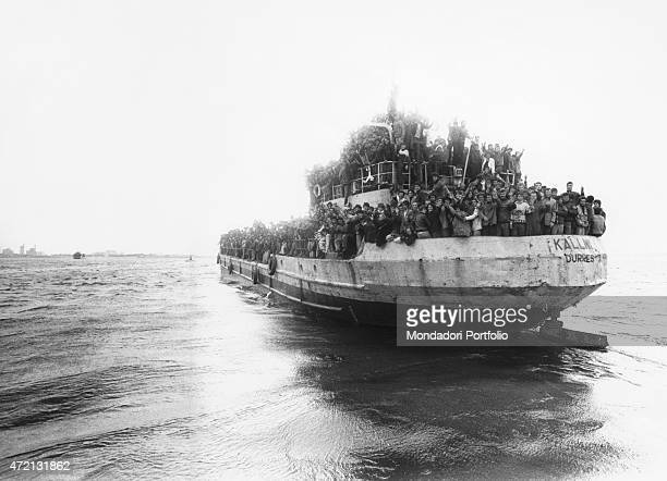 """Crowd of Albanian refugees greeting Italian cost from the ship Kalimi at the entrance of the harbour. Brindisi, 20th March 1991 """""""