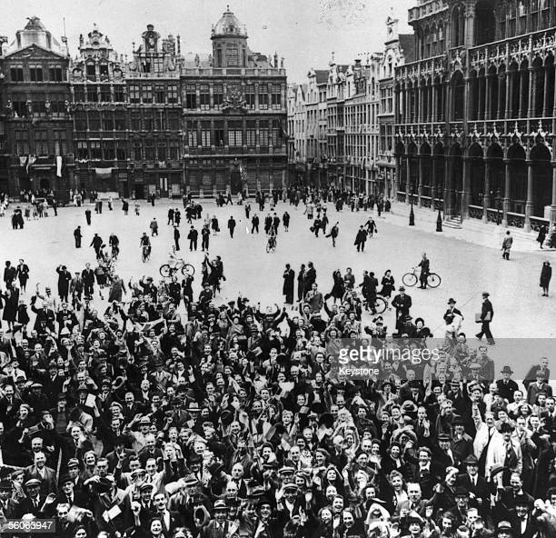 Crowd of Belgians gather in the Grand Place de Bruxelles to celebrate their liberation from German occupation by advancing British troops, Brussels,...