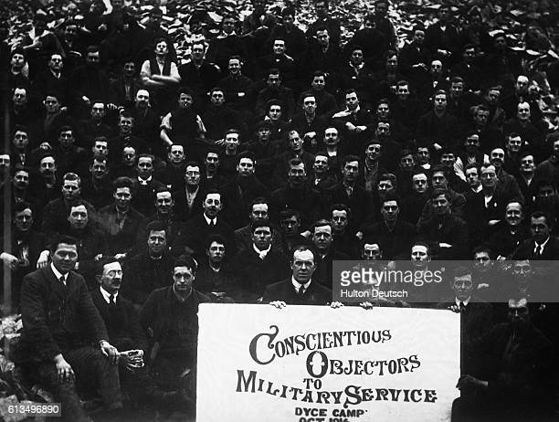 A crowd of conscientious objectors to military service during World War I at a special prison camp