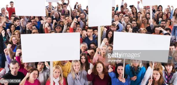 multitud de personas descontentas con banderolas blancas. - manifestante fotografías e imágenes de stock