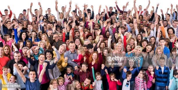 menigte van opgewonden mensen vieren met opgeheven handen. - cheering stockfoto's en -beelden