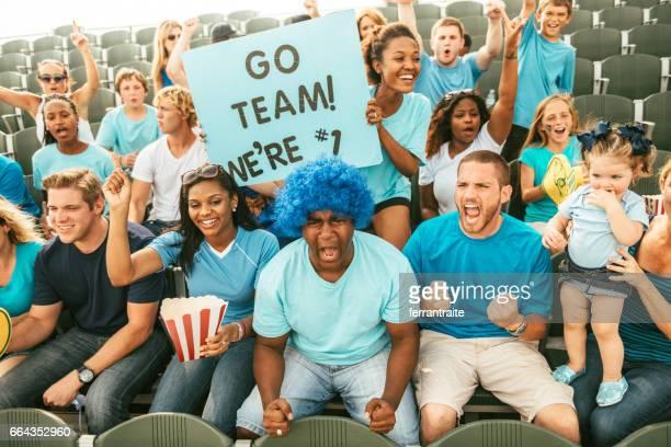 Schar von Fans jubeln vom Stadion Tribüne