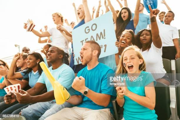 Foule de fans acclamant des gradins du stade