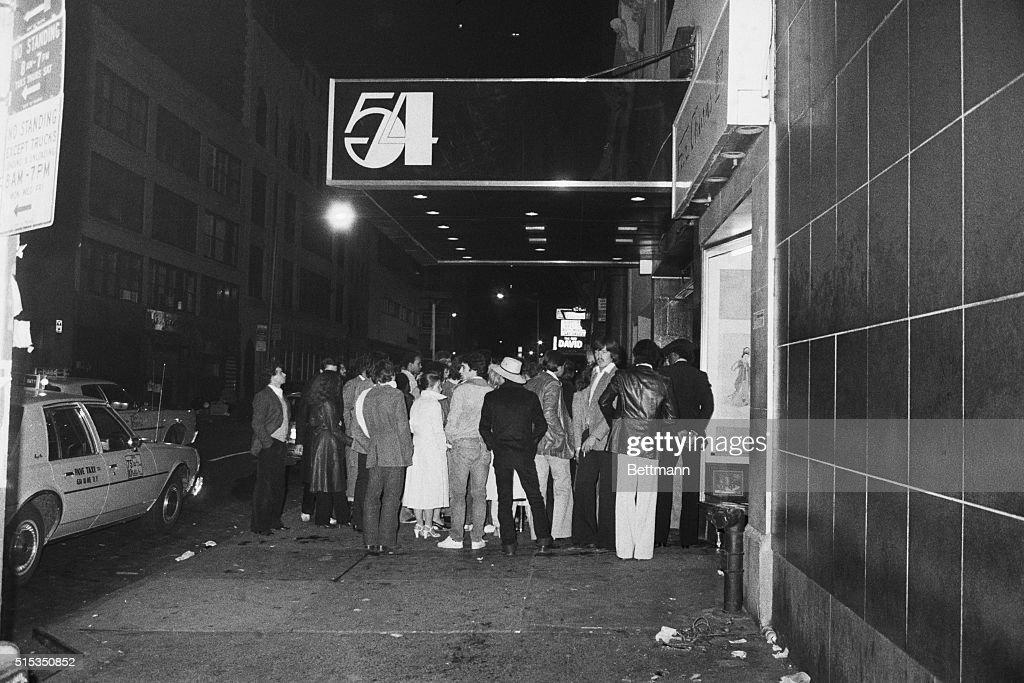 Crowd Waiting Outside Studio 54 : News Photo