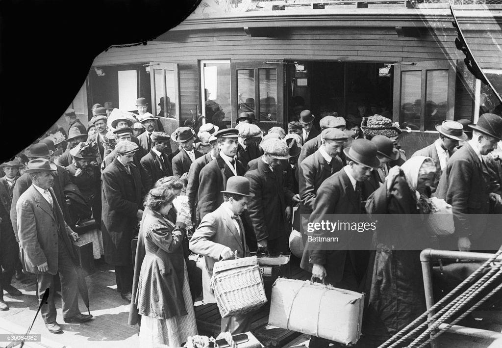 Immigrants Arriving at Ellis Island : News Photo