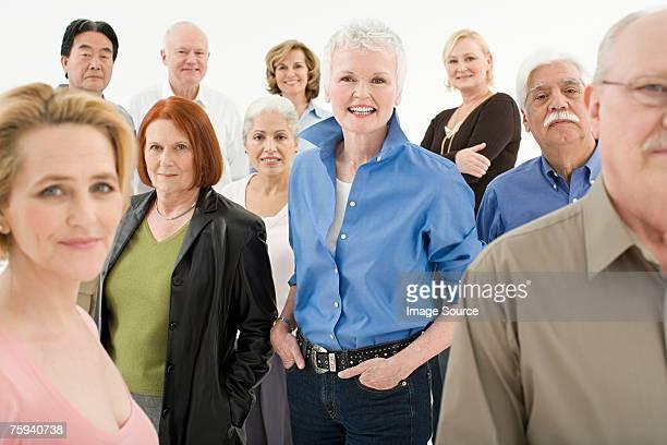 multitud de maduro y jubilados adultos - grupo mediano de personas fotografías e imágenes de stock