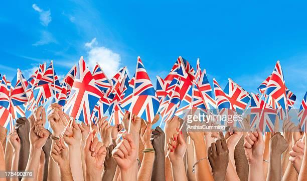 Gruppe von verschiedenen Nationalitäten winkt union jack-Flaggen