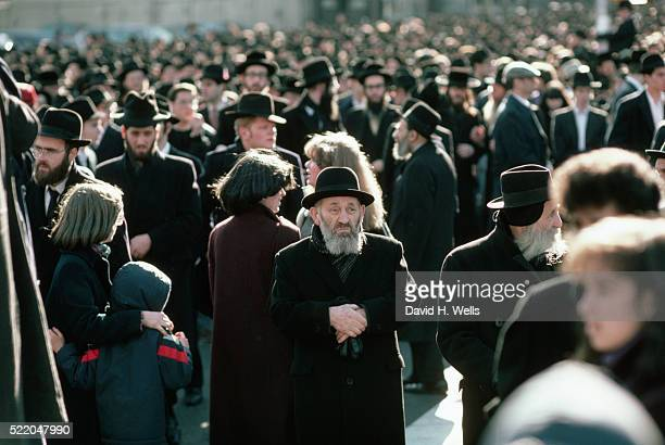 crowd of orthodox jews in new york city - giudaismo foto e immagini stock