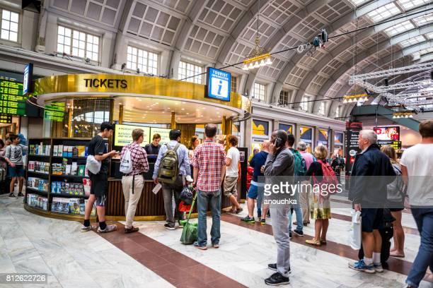 Menschenmenge um Informationen Deck bei Stockholm Central Station, Schweden