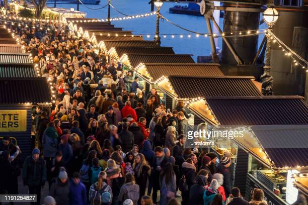 夜のロンドンのサウスバンククリスマスマーケットの人々の群衆 - ロンドン サウスバンク ストックフォトと画像