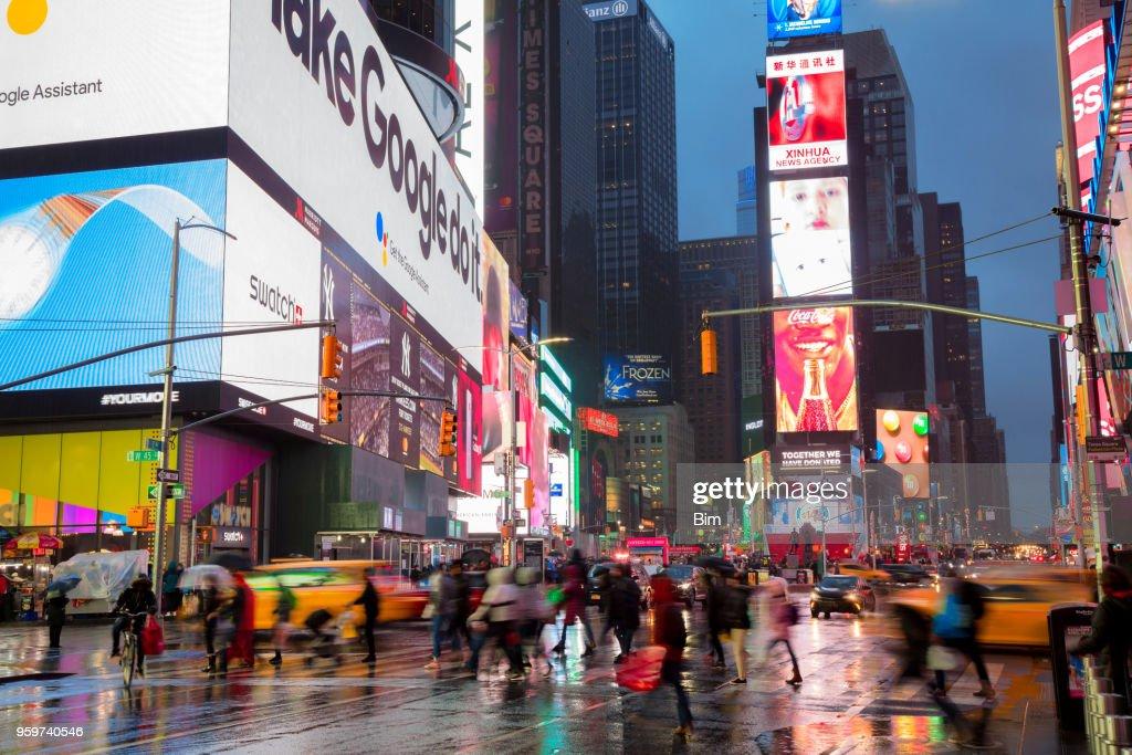 Masse der Menschen Kreuzung Straße am Times Square, regnerischen Tag in Manhattan, New York : Stock-Foto