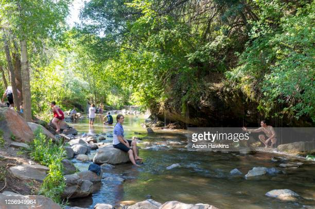 crowd of people enjoying dripping rock falls/hike on a summer afternoon - spanish fork utah stock pictures, royalty-free photos & images
