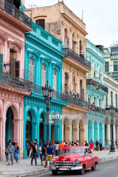 crowd of people on shopping street in havana, cuba - cuba foto e immagini stock